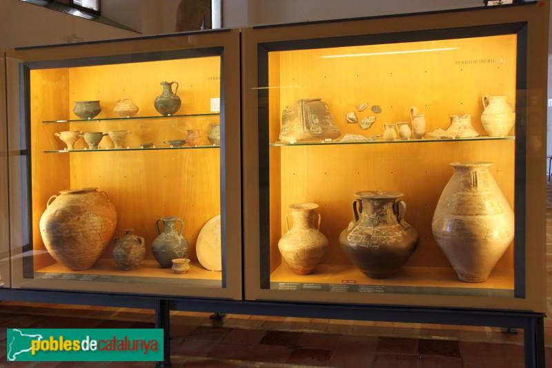 Ullastret - Vitrina del Museu amb troballes ibèriques