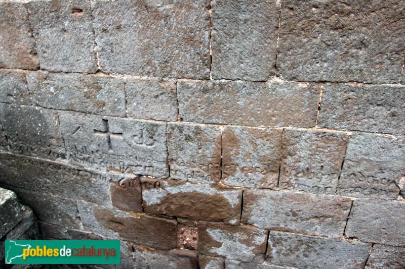 L'Estany - Església del Monestir, inscripció al mur exterior
