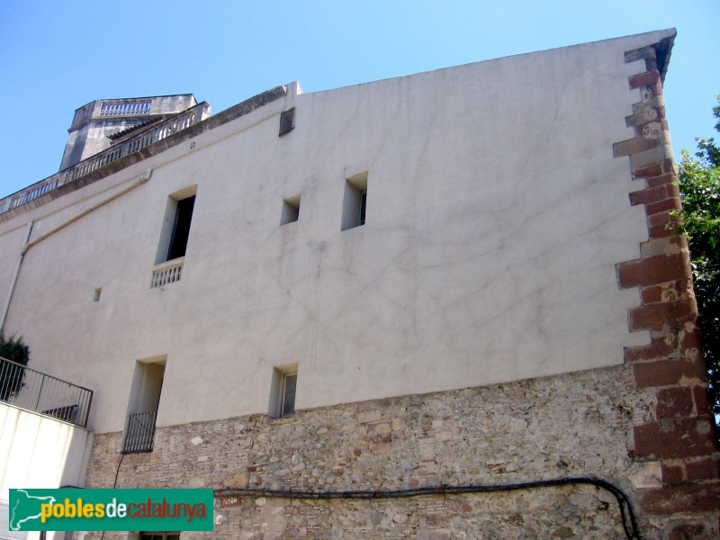 Molins de Rei - Antic palau dels Requesens, restes d'una porta gòtica
