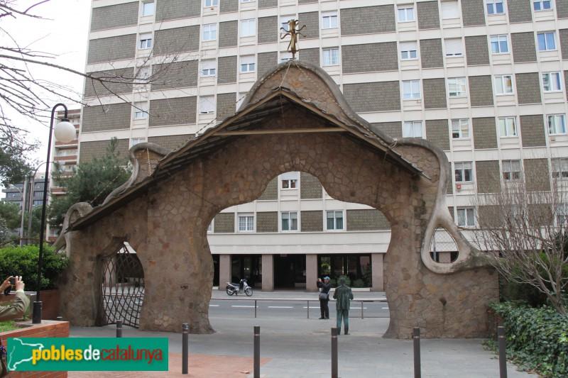 Barcelona - Tanca i portal de la finca Miralles