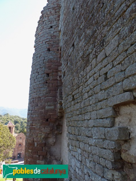 Castell del Brull. Mur i torre del castell. Cara nord
