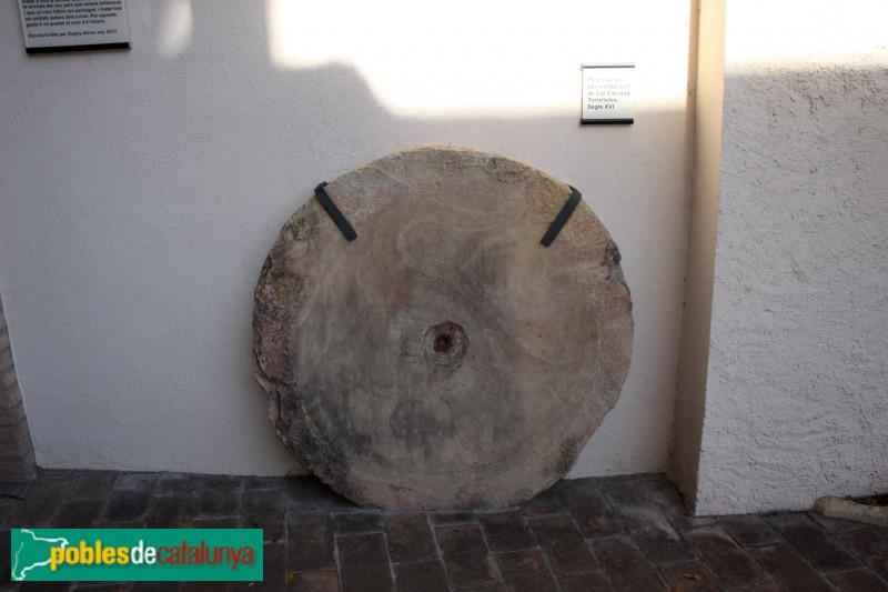 Torrelles de Llobregat - Ca la Cinta, pedra de molí de Cal Carcana, segle XVII