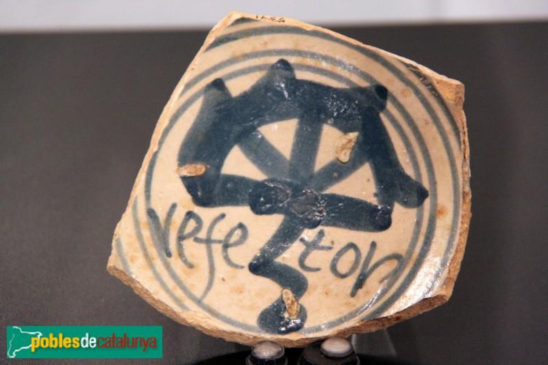 Gavà - Fragment de plat de ceràmica del segle XVII trobat a Eramprunyà, ara al Museu de Gavà